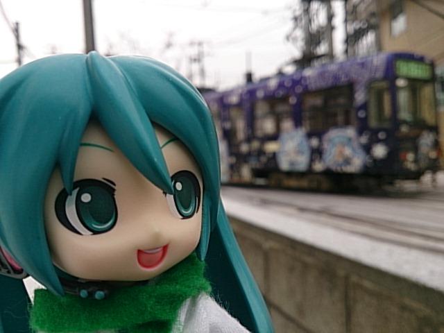 今日も元気いっぱいに雪ミクさん電車。