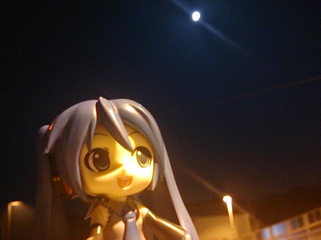 ブルームーンな夜道を。